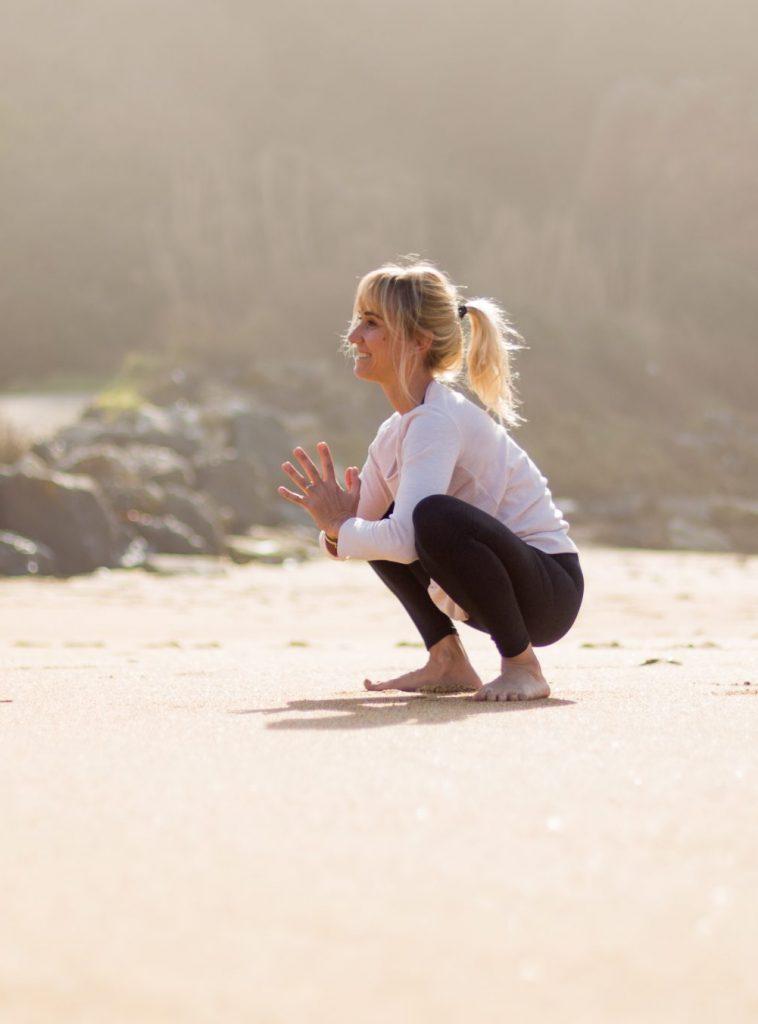 Panya Yoga (Agenda Yoga) fait du yoga sur la plage de la Petite Chambre d'Amour (Anglet)