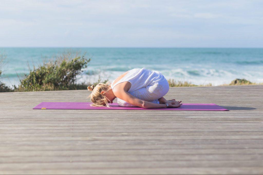Panya Yoga (Agenda Yoga) fait du yoga sur le solarium de la Petite Chambre d'Amour (Anglet)