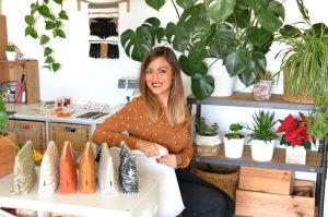 Emmanuelle devant ses produits de Seshat Création
