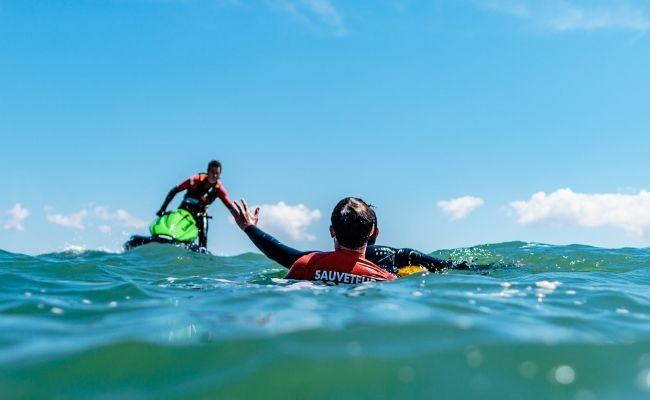Exercice de sauvetage par les sauveteurs côtiers Cobra en scooter en mer