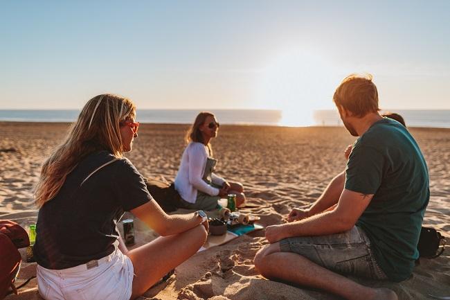 Pauline Ado et ses amis pique-niquent sur une plage d'Anglet