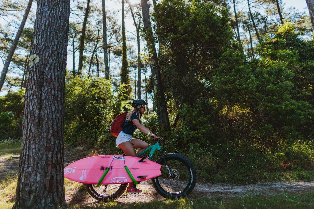 Pauline Ado fait du vélo dans la Forêt du Pignada à Anglet