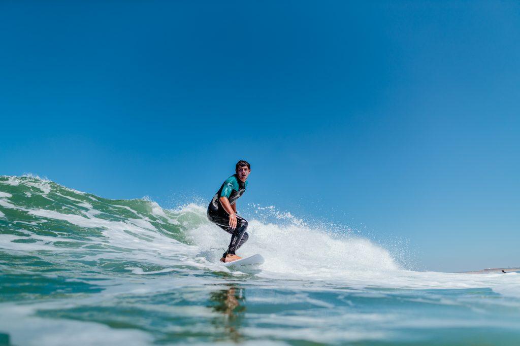 Théo Bourricaud (Aka Bulbi), sauveteur côtier d'Anglet en train de surfer